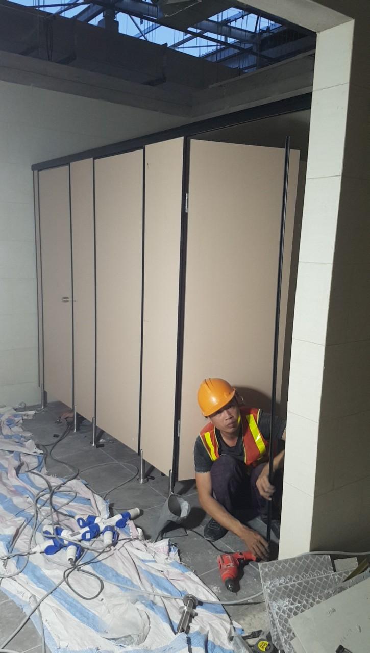 Biện pháp thi công vách ngăn nhà vệ sinh Compact – MFC