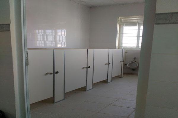Thi công vách vệ sinh compact hpl cho trường mầm non – tiểu học